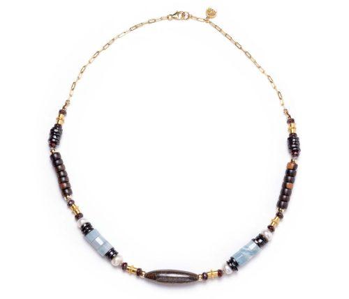 Maria Masella, collier, grenat rouge, spinelle noire, bois Kamagong, perles de culture d'eau douce, aquamarine, bronzite, tubes en vermeil, enfilé sur un fil de soie