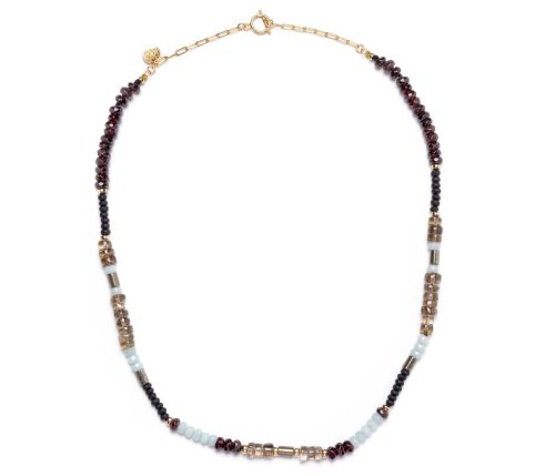 Maria Masella, collier, grenat rouge, onyx, quartz fumée, amazonite, pyrite, enfilé sur un fil de soie