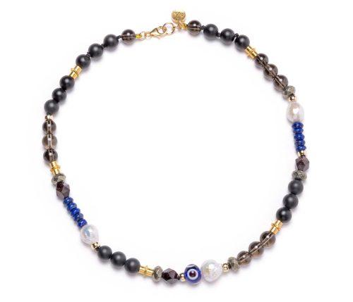 Maria Masella, collier, quartz fumée, onyx, pyrite, grenat rouge, lapis-lazuli, perles de culture d'eau douce, œil de verre, enfilé sur un fil de soie