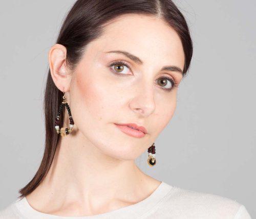 Maria Masella, boucles d'oreilles, onyx, grenat rouge, spinelle noire, citrine, enfilé sur un fil de soie
